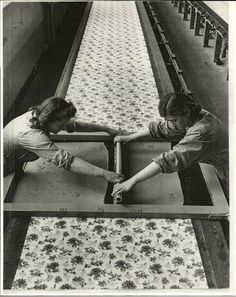 printing textiles by hand - industry trade textiles, Italy - photo Alfred Eisenstaedt for Life Magazine 1947 Design Textile, Textile Prints, Silkscreen, Impression Textile, Stoff Design, Old Photos, Vintage Photos, Silk Screen Printing, Screen Printing Process