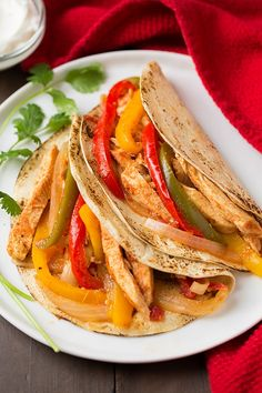 Slow Cooker Chicken Fajitas – Low in calories and high in protein, this Mexican dish will sizzle more than just your taste buds. Looking for a low-carb option? Ditch the tortilla and pair this dish wi (Chicken Fajitas Instant Pot) Healthy Crockpot Recipes, Slow Cooker Recipes, Cooking Recipes, Crockpot Meals, Cooking Tips, Easy Recipes, Frango Chicken, Mexican Food Recipes, Dinner Recipes