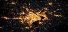 Satellitenbild-Quiz: Klicken Sie sich durch Tag und Nacht -> Wo fährt man tagsüber auf den Lykabettos, um die Aussicht zu genießen? Wo hoffen Zocker nach Einbruch der Dunkelheit auf eine Glückssträhne? Testen Sie im Satellitenbild-Quiz, wie gut sie die Metropolen der Welt von oben erkennen. Immer abwechselnd tags und nachts.
