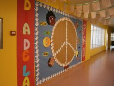 Mural pel Dia de la Pau School Projects, Art Projects, Diy And Crafts, Arts And Crafts, English Activities, School Bulletin Boards, Classroom Crafts, School Decorations, Saint Valentine