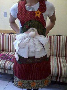 AVENTAL DE NATAL - PROJETO | Artesanato Soraia Ramos | Elo7 Christmas Sewing Projects, Christmas Crafts, Christmas Decorations, Xmas, Fabric Crafts, Diy Crafts, Christmas Aprons, Patch Quilt, Santa Face