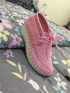 How to Crochet Boots with Flip Flops - Free Pattern + Video Tutorial Crochet Slipper Boots, Crochet Sandals, Crochet Slippers, Crochet Flip Flops, Crochet Slipper Pattern, Shoe Pattern, Yellow Shoes, Comfortable Sandals, Designer Boots