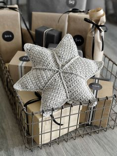 Wonderful Pic Animal Crafts diy Tips Cardstock plate dogs make the perfect children build idea. Nearly all are quite simple and easy reasonably pr Crochet Diy, Crochet Pillow, Crochet Towel, Simple Crochet, Crochet Ideas, Diy Pillows, Decorative Pillows, Christmas Knitting, Christmas Diy