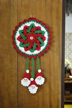 Crochet Christmas Wreath, Crochet Wreath, Crochet Christmas Decorations, Crochet Box, Crochet Ornaments, Holiday Crochet, Crochet Crafts, Yarn Crafts, Crochet Projects