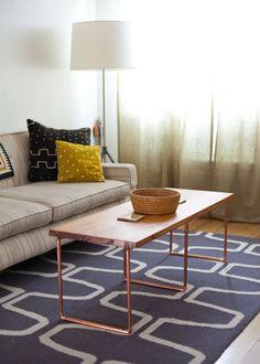 Une table basse en cuivre pour raviver la déco du salon