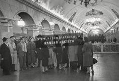 Suomalainen kulttuurivaltuuskunta vierailulla Neuvostoliitossa Komsomolskaja-Koltsevaja metroasemalla.