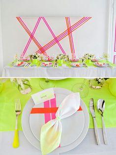 Ideas en decoración de bodas rayas y caminos de mesa en colores fluorescentes.