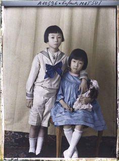 """""""Enfants de Keishiro Matsui"""", Propriété d'Albert Kahn, Boulogne, France, 12 juillet 1917. Autochrome d'Auguste Léon"""