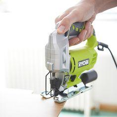 Scie sauteuse  500 WRYOBI RJS750A5lames en TCette scie sauteuse est idéale pour la découpe des plan de travail, du bois et de l'acier ainsi que du lambris et du parquet.Puissance : 500 W.Vitesse : 500 - 3000 trs/min.Course de la lame : 19 mm.Capacité de coupe max : Bois 75 mm, Alu 25 mm, Acier 6 mm.Eclairage de la zone de travail : Oui.Sortie pour aspiration : Oui.Fonction soufflerie.Plus produit :Faible vibration.Blocage de position marche.Poignée gripzone micro alvéolée.Coupe biaise de 0°…