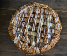 Fast and Easy Apple Pie - The Keele Deal Cinnamon Roll Crust, Easy Desserts, Dessert Recipes, Fresh Peach Pie, Apple Pie, Food Hacks, Icing, Sweet Treats, Thanksgiving