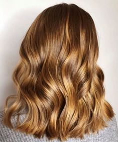 The Honey Blonde Hair Color Trend is so Pretty You'd Want to Book in the Salon RN Caramel Blonde Hair, Warm Blonde Hair, Honey Blonde Hair Color, Honey Brown Hair, Hair Color Caramel, Light Brown Hair, Light Hair, Light Caramel Hair, Honey Colored Hair