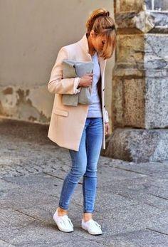 Hellbeige Mantel, Graues Langarmshirt, Blaue Enge Jeans, Weiße Niedrige Sneakers für Damen