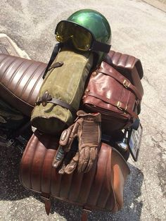 Roland Sands gloves, Thedieleathers Barrel gag, Triumph Saddle bag.