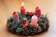 feliz-días-de-Adviento-corona-con-velas-rojas First Christmas, Christmas Diy, Holiday Wreaths, Holiday Decor, Advent Wreath, Christmas Table Decorations, Winter Solstice, Yule, Pillar Candles