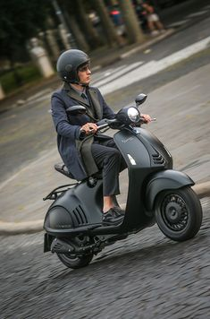 Italian fashion house Emporio Armani has teamed up with Italian motor-vehicles manufacturer Piaggio to celebrate two of Italy's most established symbols of style and creativity. Vespa Gts, Piaggio Vespa, Vespa Scooters, Vespa Bike, Lambretta Scooter, Motor Scooters, Moto Bike, Motorcycle Bike, Gas Scooter