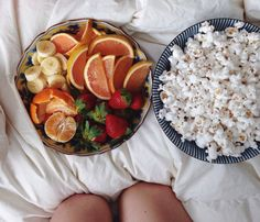 Healthy snack / stove popped pop corn and fruit I Love Food, Good Food, Yummy Food, Tasty, Healthy Snacks, Healthy Eating, Healthy Recipes, Healthy Food Tumblr, Healthy Fruits