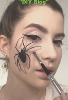 Looking for for ideas for your Halloween make-up? Browse around this website for cute Halloween makeup looks. Halloween Kunst, Cute Halloween Makeup, Halloween Eyeshadow, Scarecrow Makeup, Halloween Nails, Special Effects Makeup, Costume Makeup, Sfx Makeup, Clown Makeup