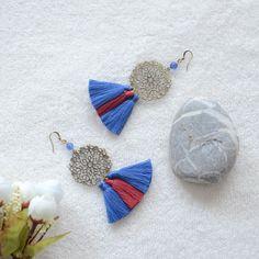 boucles d'oreilles boho spirit en pompons bordeaux, bleu et métal bronze, bo Bohémiennes