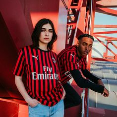 The AC Milan Home kit takes inspiration from one of the club's most successful years, to celebrate the Rossoneri's anniversary, with a bold and elegant design that honors the game-changing style of play the club demonstrated 50 years ago. Jersey Outfit, Jersey Shirt, Ac Milan Kit, Classic Football Shirts, Soccer Shop, Youth Soccer, Uniform Design, Football Kits, Lifestyle Clothing