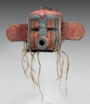 ANCIEN MASQUE SOUTUNGTAKA ou LAGUNA CORN KACHINA Pueblo, Sud Ouest des Etats-Unis Cuir de réemploi, laine, crin, courge, pigments et plumes. Vers 1920-1930 Ht 24 cm