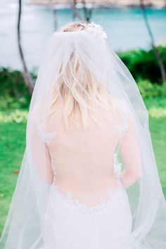 LOVE this wedding gown and veil. This sleeveless and backless wedding gown is perfect for a beach wedding.