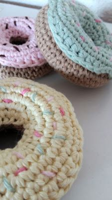 Chat Crochet, Crochet Diy, Pastel, Crochet Earrings, Couture, Knitting, Donuts, Stitches, Cupcakes