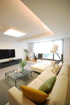 거실 디자인 검색: 모던함 속 공간마다 다른 색을 가진 신혼집 리모델링 & 홈스타일링 당신의 집에 가장 적합한 스타일을 찾아 보세요