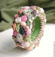 """Купить браслет """"Розово-оливковый"""" с розовым кварцем и хризолитом - подарок женщине, браслет с камнями Fiber Art Jewelry, Textile Jewelry, Fabric Jewelry, Beaded Jewelry, Handmade Jewelry, Jewellery, Fabric Bracelets, Fabric Necklace, Homemade Bracelets"""