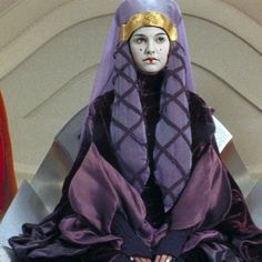 Natalie Portman as Queen Padme Amidala in Star Wars: Episode I - The Phantom Menace Costume: Travel Gown II Amidala wears this heavy purple gown when she travels back to her home planet of Naboo. Reina Amidala, Queen Amidala, Amidala Star Wars, Star Wars Padme, Star Wars Characters, Star Wars Episodes, Fictional Characters, Disney Pixar, Star Wars History