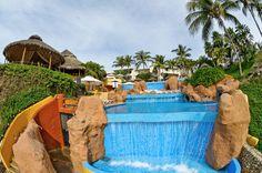 The weather is perfect to take a swim / El clima está perfecto para nadar en la alberca