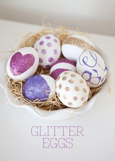 Learn how to make beautiful Easter Eggs using this Glitter Eggs Tutorial by Sarah of Boxwood Clippings. Easter Egg Crafts, Easter Projects, Easter Eggs, Easter Ideas, Diy Projects, Easter Egg Designs, Diy Ostern, Easter Celebration, Hoppy Easter