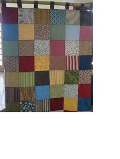 Cortina em Patchwork, feita com quadrados coloridos, pode ser confeccionada em outras estampas, tons e tamanho desejado.  O modelo da foto tem 1,20X1,80 em duas partes iguais.  Tecidos 100%algodão e é forrada com algodão.
