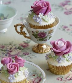 Roses are Red, Violets are Blue Cupcakes - Peggy Porschen