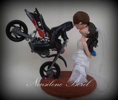 Muito fofo! Topo de bolo com noivo na moto.