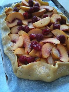 xxx ~ Donna Hay open peach and raspberry tart Just Desserts, Delicious Desserts, Yummy Food, My Recipes, Dessert Recipes, Favorite Recipes, Raspberry Tarts, Dessert For Dinner, Chefs