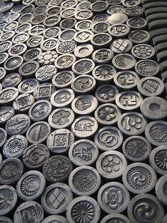Japan - Family crest (kamon 家紋) ceramic tiles in pattern Japanese Design, Japanese Style, Chinese Style, Japanese Family Crest, Turning Japanese, Chinese Architecture, Japan Art, Nihon, Japan Fashion