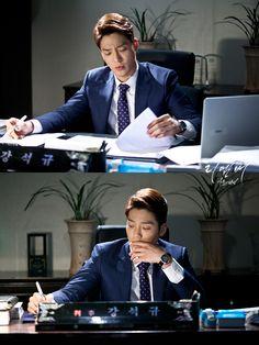 사무실에서 심각한 표정으로 서류 훑어 보고 있는 강석규(김진우) 판사