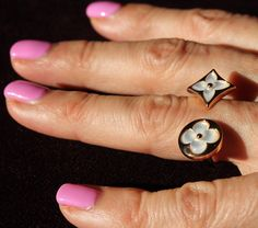 Louis Vuitton Color Blossom BB mother of pearl toi et moi between the finger ring in rose gold with mother of pearl.