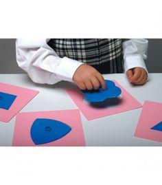 """10 formas de 14x14 cm en plástico para trabajar la coordinación en el trazado. Son exactamente las mismas medidas que los resaques metálicos montessori.* Las zonas azules pueden tener alguna """"muesca"""". (ver bajo) Las inserciones son cuadrado, triángulo, círculo, rectángulo, óvalo, trapecio, pentágono, triángulo curvilíneo, y trébol de cuatro hojas."""