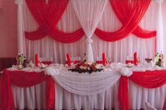 Оформление стола молодоженов и задника в белых и красных цветах. Возможность аренды, проката.#свадьбы #праздники #оформление #зал #прокат #красный #белый #soprunstudio