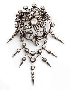 Gesamtlänge: ca. 16 cm. Breite: ca. 7,2 cm. Gewicht: ca. 74 g. Silber und GG 585. Um 1850. Spektakuläre, große, antike Blütenbrosche mit abnehmbarem...