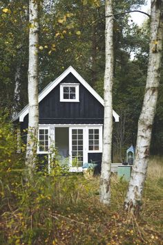 A shack in Denmark Pauline received as a gift the house of her grandmother, the day of her birthday and kept it full of memories of her ancestress. Quick Garden, Architecture Design, Cabins And Cottages, Log Cabins, White Cottage, Black Exterior, Cabins In The Woods, Little Houses, Log Homes