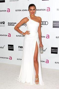 5.- Irina Shayk. Desde que Angelina Jolie sacó la pierna derecha de su elegante vestido negro Versace, en los últimos Oscar, las alfombras rojas del mundo se han visto inundadas de aberturas de faldas cada vez más elevadas. Sin duda, muchas han sido gloriosas, como la que hace pocos días lució Kristen Stewart en la alfombra roja del Festival de Cannes, en su bello vestido de Balenciaga. Según la web del Huffington Post, esta tendencia es sensacional, sin embargo, estos escotes han…