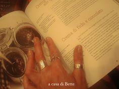 """""""Fragole a merenda"""" a casa di Bette, con tutta evidenza affascinata dalla storia di René e della sua bancarella di spezie... oppure semplicemente indecisa tra le due creme al cioccolato (pere? fichi? in certi casi servirebbe un proprio doppio, per non perdersi niente della vita...)  #quifragoleamerenda"""