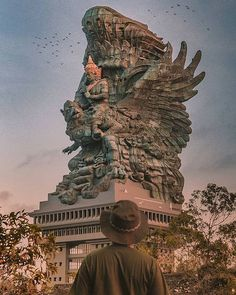 𝗚𝗮𝗿𝘂𝗱𝗮 𝗪𝗶𝘀𝗻𝘂 𝗞𝗲𝗻𝗰𝗮𝗻𝗮 :Tallest statue of a Hindu god, Bali Dedicated to: Garuda & Vishnu m m Material–Copper & brass The statue speaks for the dominant Hindu population of Bali, representing the religion of the country for past centuries. Temple Bali, Temple India, Hindu Temple, Borobudur Temple, Bali Yoga, Voyage Bali, Earth And Space Science, Famous Places, Bali Travel