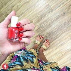 @vfeminina Vermelho é o pretinho básico do mundo dos esmaltes né?  Minha escolha de hoje no @espacodellasbar. Amei a estampa desse vestido da @thedress_poa!! #espacodellasbar #nails #unhas #essiepolish #essie #rednails#instarepost20