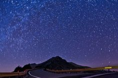 O imagine de noapte splendida a fost realizata de Brian Lee pe principiul centrifugarii stelelor de pe cer. Popular Photography, Marrakesh, Stargazing, Night Skies, Morocco, Waves, Sky, Explore, Mountains