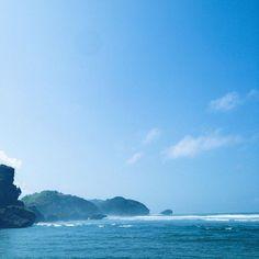 Dari Drini sebelah timurnya terlihat jejeran bukit. Salah satunya bukit Kosakora yang tepat di sebelah pantai Ngrumput. Sayangnya sudah dimiliki personal dan dinamai Amarei Hill.  #beach #nature #yogyakarta #indonesia #wonderfulindonesia #journesia #jelajahindonesia #exploreindonesia #livefolk #liveauthentic #blue