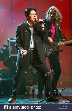 (dpa) - Rock'n'roll star Shakin' Stevens performs during the '50 years of Rock' television show in Hanover, Germany, 17 April 2004.