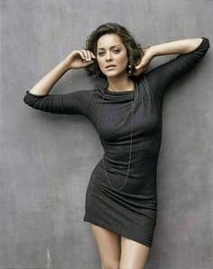 Belle, Sensuelle...sexy Marion Cotillard née le30septembre1975àParis, est uneactricefrançaise.  Active au cinéma depuis la fin desannées 1990, elle est révélée au grand public par son rôle de Lilly Bertineau dans la sagaTaxideLuc Besson, qu'elle incarnera dans les trois premiers films de la franchise. Le 26 février 2005, elle reçoit la première des grandes récompenses qui vont jalonner sa carrière: leCésar de la meilleure actrice dans un second rôle, pour seulement huit…
